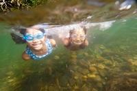 川に潜る子ども