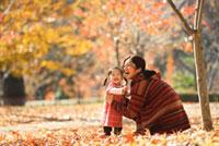 秋の公園の母と子