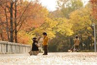 紅葉の公園の子ども