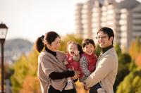 秋の公園の家族