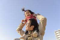 子どもを肩車する父親