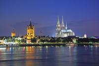 ライン河沿いのケルン大聖堂 22585001470  写真素材・ストックフォト・画像・イラスト素材 アマナイメージズ