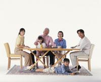 テーブルの三世代家族 22600000226  写真素材・ストックフォト・画像・イラスト素材 アマナイメージズ