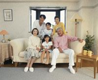 ソファの三世代家族