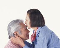 キスをする老夫婦