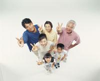 ピースを出す三世代家 22600000326| 写真素材・ストックフォト・画像・イラスト素材|アマナイメージズ