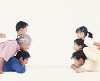 三世代家族の横顔 22600000332| 写真素材・ストックフォト・画像・イラスト素材|アマナイメージズ