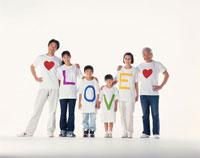 LOVEのTシャツの三世代家族 22600000361| 写真素材・ストックフォト・画像・イラスト素材|アマナイメージズ