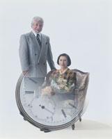 老夫婦と時計 22600000409| 写真素材・ストックフォト・画像・イラスト素材|アマナイメージズ