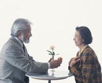 プレゼントを渡す老夫婦 22600000423| 写真素材・ストックフォト・画像・イラスト素材|アマナイメージズ