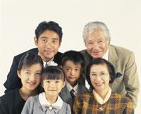 三世代家族のアップ 22600000440| 写真素材・ストックフォト・画像・イラスト素材|アマナイメージズ