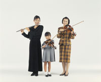 楽器を弾く女性