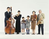 楽器を弾く三世代家族 22600000456  写真素材・ストックフォト・画像・イラスト素材 アマナイメージズ