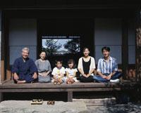 縁側の三世代家族 22600000513| 写真素材・ストックフォト・画像・イラスト素材|アマナイメージズ