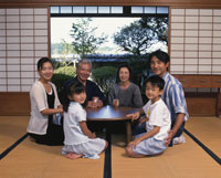 和室の三世代家族 22600000517| 写真素材・ストックフォト・画像・イラスト素材|アマナイメージズ
