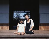 縁側の母と娘
