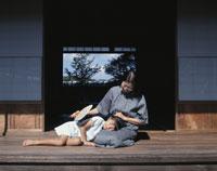 縁側の祖母と娘 22600000526| 写真素材・ストックフォト・画像・イラスト素材|アマナイメージズ