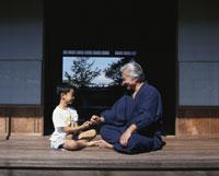 縁側の祖父と孫 22600000532| 写真素材・ストックフォト・画像・イラスト素材|アマナイメージズ