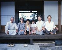 縁側の三世代家族 22600000539| 写真素材・ストックフォト・画像・イラスト素材|アマナイメージズ