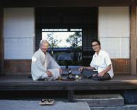 縁側でビールを飲む父と息子 22600000551| 写真素材・ストックフォト・画像・イラスト素材|アマナイメージズ