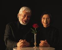 バラの花と老夫婦