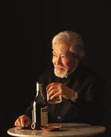 ウイスキーと中高年男性 22600000589| 写真素材・ストックフォト・画像・イラスト素材|アマナイメージズ
