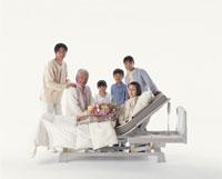 ベッドの三世代家族