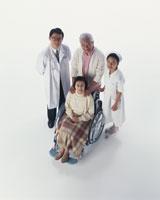 医師と看護師と車椅子の老夫婦