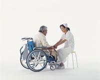 看護師と車椅子の中高年男性