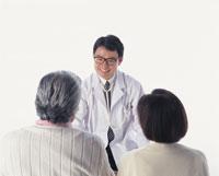 医師の話を聞く老夫婦