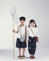虫取り網と男の子ともんぺの女の子