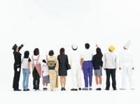 1列に並び後姿の日本人の人々 22600000936| 写真素材・ストックフォト・画像・イラスト素材|アマナイメージズ