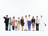 1列に並ぶ日本人の人々