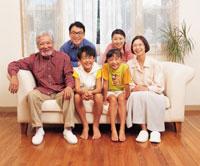 ソファに座る三世代家族 22600001015| 写真素材・ストックフォト・画像・イラスト素材|アマナイメージズ
