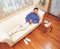 昼寝をする男性 22600001041  写真素材・ストックフォト・画像・イラスト素材 アマナイメージズ
