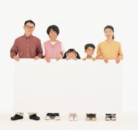 ホワイトボードを持つ家族