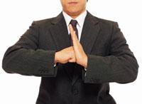 手の平にコブシを当てるビジネスマン 22600001198| 写真素材・ストックフォト・画像・イラスト素材|アマナイメージズ