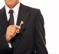 キーを持つビジネスマン 22600001207| 写真素材・ストックフォト・画像・イラスト素材|アマナイメージズ