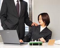 ビジネスマンとビジネスウーマン  セクハラ 22600001231| 写真素材・ストックフォト・画像・イラスト素材|アマナイメージズ