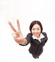 ブイサインをするビジネスウーマン 22600001251| 写真素材・ストックフォト・画像・イラスト素材|アマナイメージズ