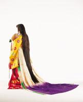 立っている十二単の後姿の女性 22600001325| 写真素材・ストックフォト・画像・イラスト素材|アマナイメージズ