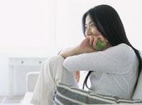 ソファでくつろぐ女性 22600002624| 写真素材・ストックフォト・画像・イラスト素材|アマナイメージズ