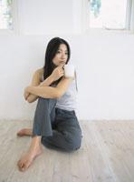床に座る女性