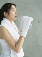 ボクササイズ後に水を飲む女性