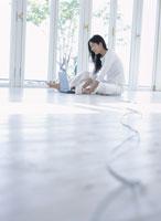 床でパソコンをする女性