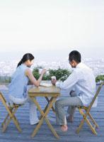 デッキでお茶を飲むカップル