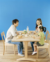 食事中の家族 22600002825| 写真素材・ストックフォト・画像・イラスト素材|アマナイメージズ