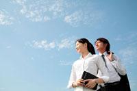 空を見上げるビジネスマン男女 22600002866| 写真素材・ストックフォト・画像・イラスト素材|アマナイメージズ