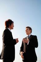 談笑する2人のビジネスマン 22600002873| 写真素材・ストックフォト・画像・イラスト素材|アマナイメージズ