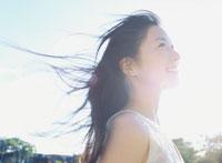 髪をなびかせている女性 22600002993| 写真素材・ストックフォト・画像・イラスト素材|アマナイメージズ